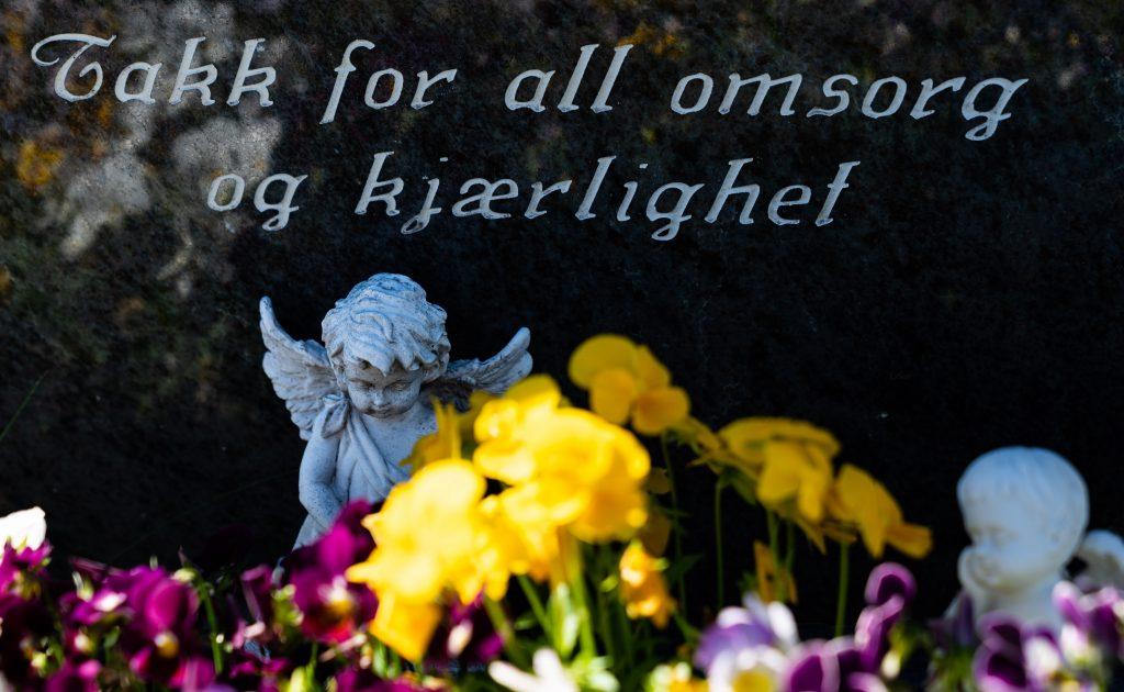 """Mørk gravstein med inskrpisjon """"takk for all omsorg og kjærlighet"""""""