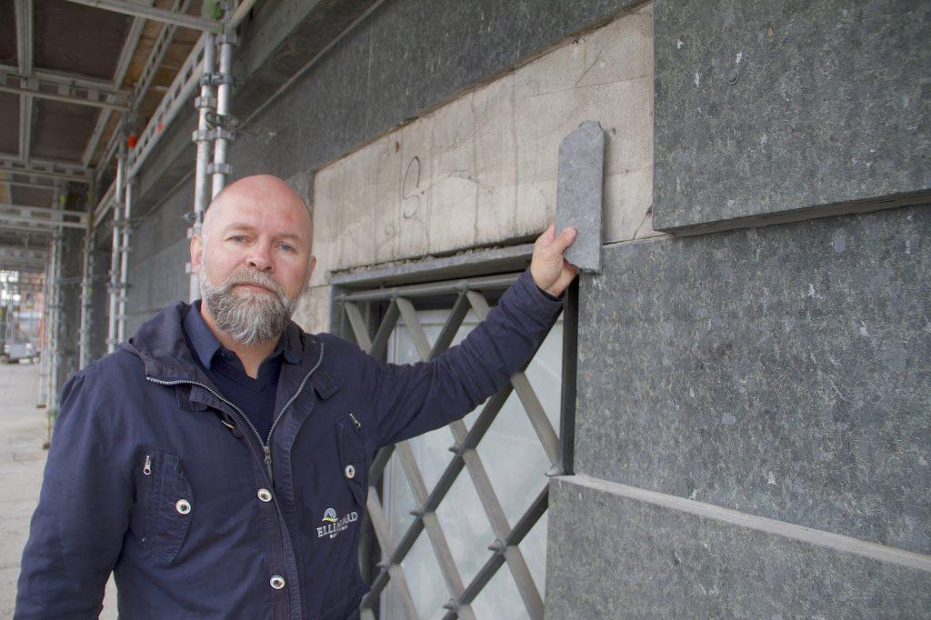 Bjarg W. Andersen er stolt over at Ellingard og deres montører nå greier å erstatte den sjeldne Solvågsteinen på fasaden i Rådhusgata 25.